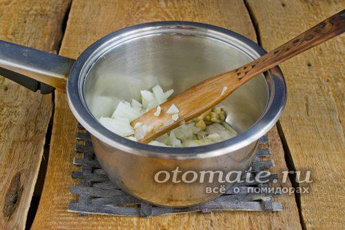 приготовить лук и чеснок в сотейнике