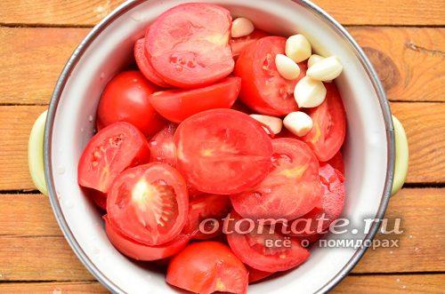 режем томаты и чеснок