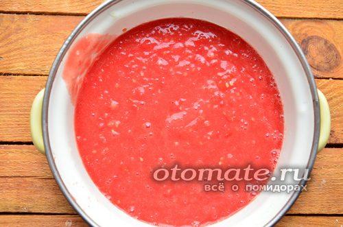 перекручиваем томаты и чеснок
