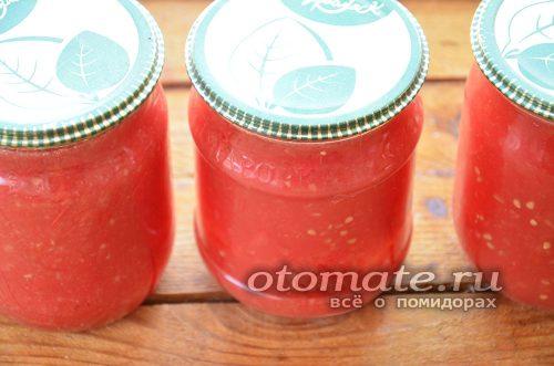 разложить томатное пюре по банкам и закатать