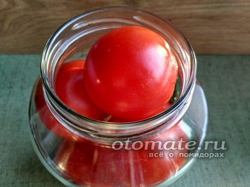 укладываем помидоры в банку