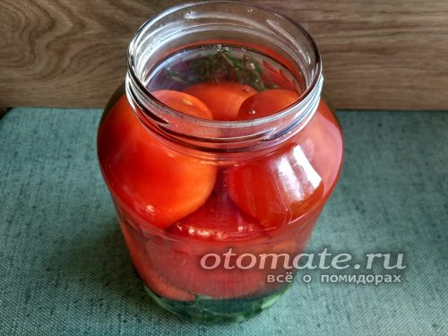 Заливаем кипятком томаты