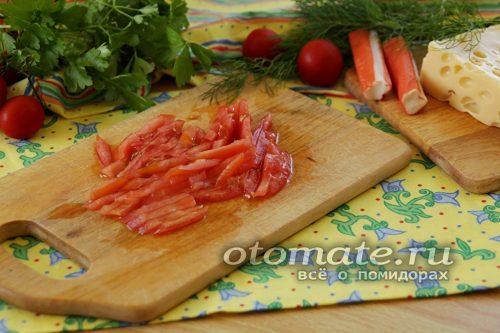нарезаем соломкой помидоры