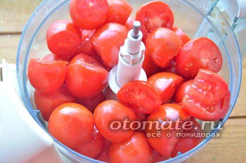 поместить помидоры в кухонный комбайн