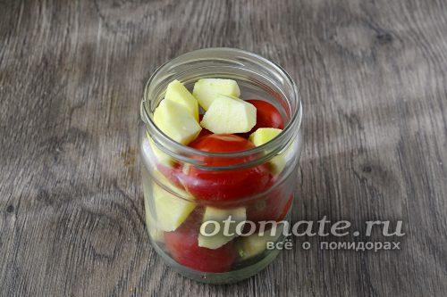 разместить в банке томаты, чередую с яблоками