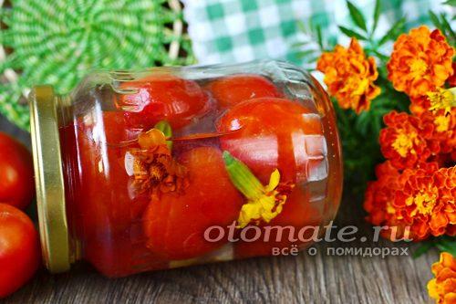 томаты с бархатцами