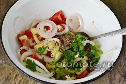 в тарелке смешать все овощи, добавить зелень, соль и сахар, специи