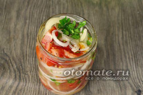 разложить салат по подготовленным банкам