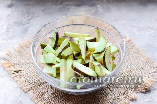 нарезанные баклажаны в миске