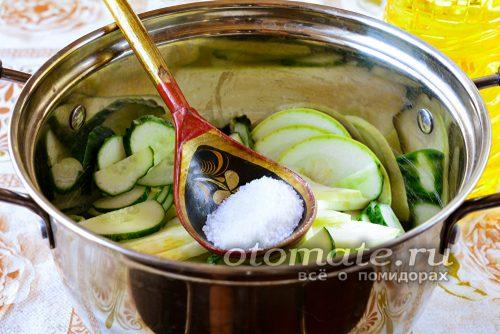 отправляем овощи в кастрюлю, всыпаем туда соль, сахар и растительное масло