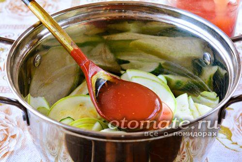 ставим на медленный огонь тушится и также добавляем острый томатный соус
