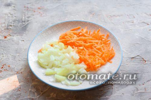 Натереть морковь и лук