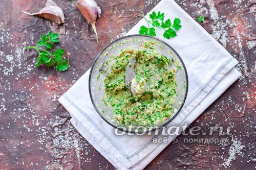 измельчаем орехи, чеснок и зелень