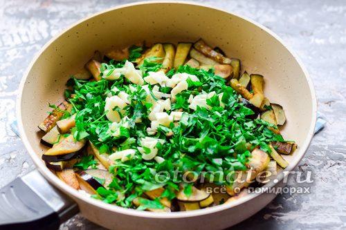 добавить всю подготовленную зелень и чеснок, всыпать соль и сахар, протушить