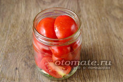 плотно уложить заготовленные и нарезанные томаты