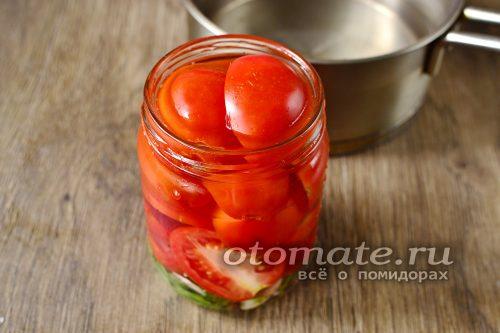 приготовить маринад и заполнить банки с нарезанными помидорами
