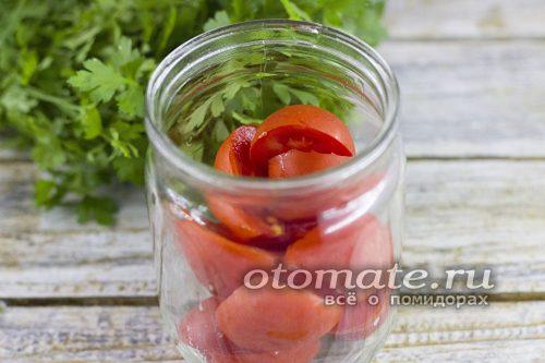 нарезанные томаты в банке