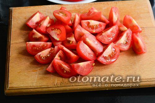 нарежьте охлажденные помидоры крупными кусками