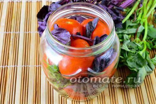 томаты и базилик в банке