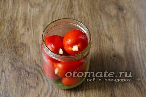 на дно банки выкладываем веточки укропа и заранее подготовленные томаты помещаем в банку