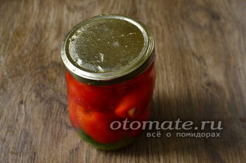 заливаем томаты кипятком