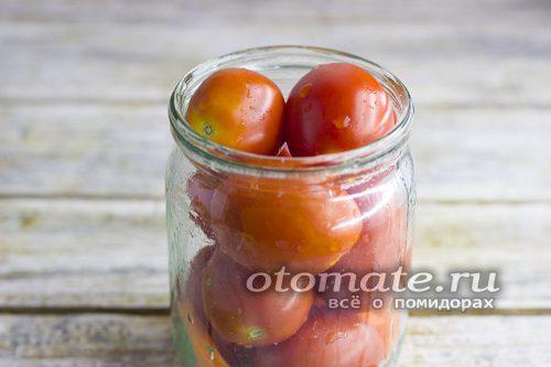 наполнить банку помидорами