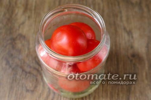 положить в банку целые томаты
