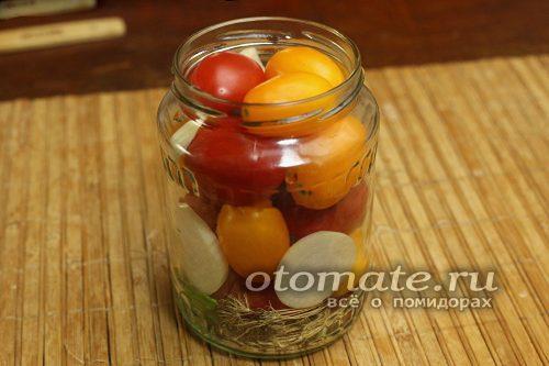 кладем томаты в банку