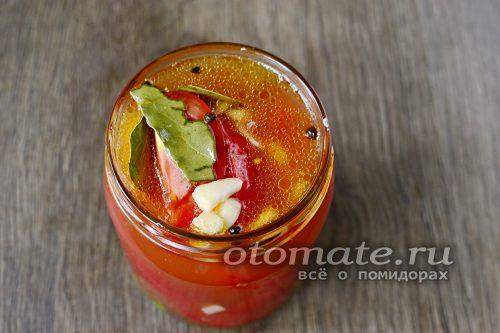 после необходимо залить наши помидоры горячим маринадом, прикрыть крышкой