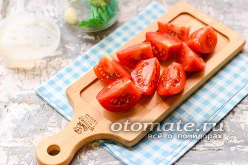 помидоры вымыть и просушить, после, при надобности, помидоры нарезать дольками – если они крупные