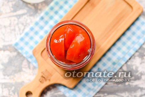 залить помидоры крутым кипятком, после чего томаты оставить на 15 минут в покое