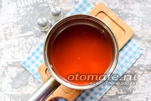 последний раз слить воду в кастрюлю, добавить томатную пасту, соль и сахар, прокипятить