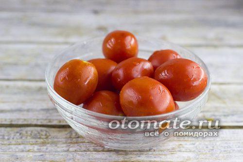 томаты моем, аккуратно накалываем томаты вилкой или зубочисткой