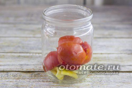 томаты складываем в банку