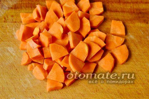 морковь моем, очищаем от кожуры и точно также как и кабачки крупно нарезаем