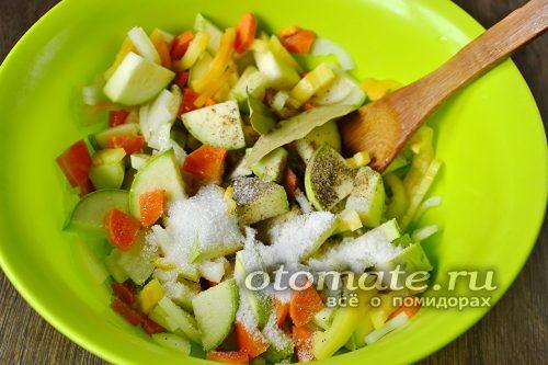 ингредиенты перемешиваем, добавляем соль и специи