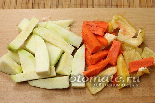 кабачки, морковь и перец нарезать кусочками