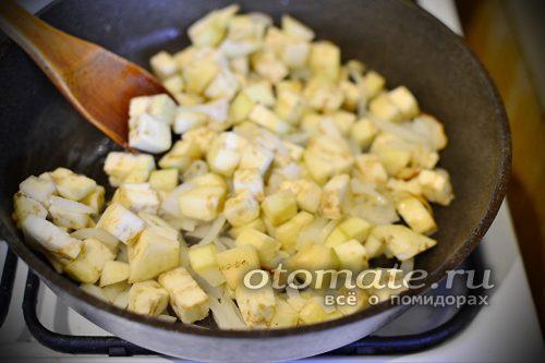 нарезать баклажаны и добавить к луку