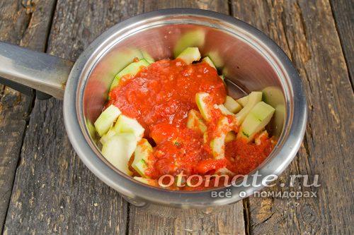 Выложить овощи в кастрюлю