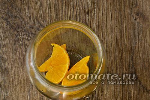 нарезать апельсин и уложить на дно банки
