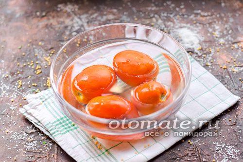 Помыть и просушить помидоры