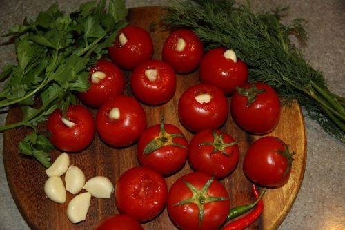 помидоры с чесноком в плодоножке