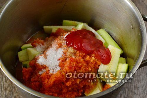 смешать в кастрюле кабачки, овощное пюре и специи