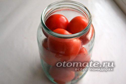 Выкладываем помидоры в банку