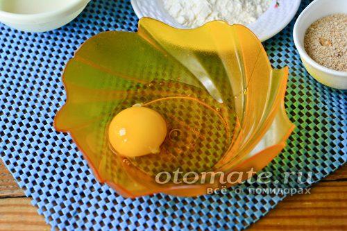 выпустить яйцо в миску
