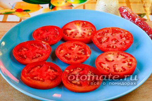 томаты нарезать кружочками и разложить на тарелке