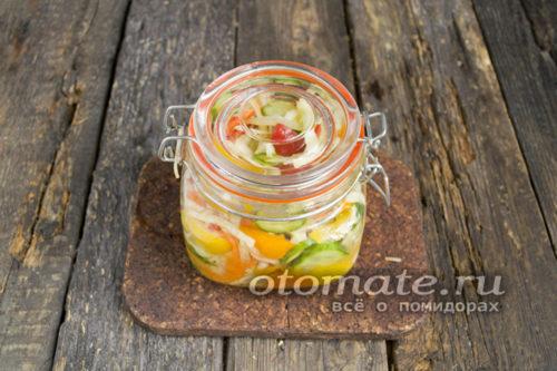 простерилизованная баночка с салатом