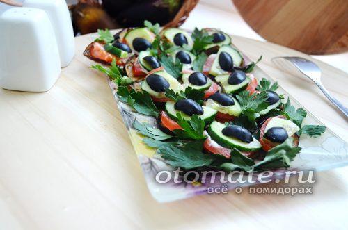 Баклажанная закуска с томатами и маслинами