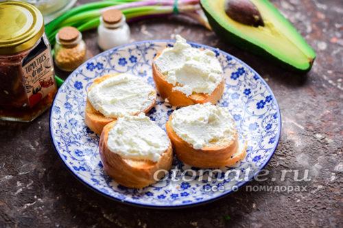 смазать сливочным сыром