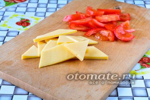 нарезать сыр и помидоры